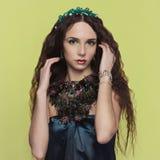 Beautyful donkerbruine vrouw met toebehoren stock foto