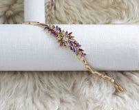 Beautyful e bracelete luxuoso do diamante fotos de stock royalty free