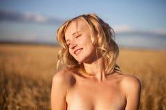 Beautyful Frau auf dem Sommergebiet Stockfotos