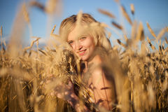 Beautyful Frau auf dem Sommergebiet Stockfotografie