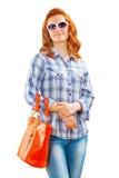 Beautyful-Frau in der Sonnenbrille mit Tasche Lizenzfreie Stockbilder