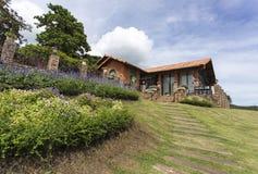 Beautyful-Haus mit dem blauen Himmel Lizenzfreie Stockfotografie