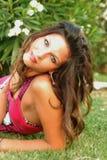 Beautyful, jeune femme attirante, liying dans l'herbe Photo stock