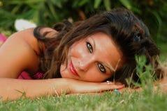 Beautyful, jeune femme attirante, liying dans l'herbe Photos libres de droits