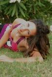 Beautyful, jeune femme attirante, liying dans l'herbe Photographie stock