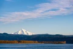 Beautyful-Landschaft mit schneebedeckter Gebirgshaube Flussforest hills Stockbild