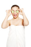 Beautyful Mädchen, das ihre Augen mit einer Gurke abdeckt stockfoto