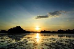 Beautyful solnedgång på skymningtid med blå himmel Arkivbild