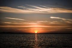 Beautyful-Sonnenuntergang mit Wolken auf dem Himmel durch das bea, Polen Lizenzfreie Stockbilder
