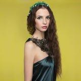 Beautyful ung kvinna med tillbehör Royaltyfria Bilder