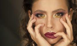 beauvoir 与别致的嘴唇的美丽的妇女面孔关闭  明亮的构成和发型 免版税库存图片