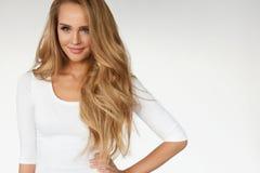 beauvoir 与美丽的长的金发的性感的妇女模型 库存图片
