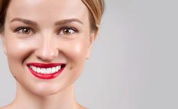 beauvoir 在漂白牙以后的完善的女性微笑 库存照片