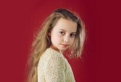 beauvoir 小长期女孩的头发 愉快的孩子童年  孩子美发师 皮肤和护发 时尚画象  库存图片