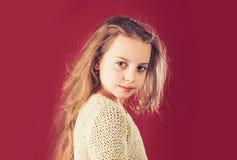 beauvoir 小长期女孩的头发 愉快的孩子童年  孩子美发师 皮肤和护发 时尚画象  免版税库存图片