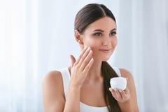 beauvoir 应用在软的脸皮的美女面霜 图库摄影