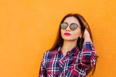 beauvoir 年轻时髦的行家妇女,时髦衬衣夏天晴朗的生活方式时尚画象  拷贝空间 免版税库存照片