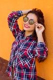 beauvoir 年轻时髦的行家妇女,时髦衬衣夏天晴朗的生活方式时尚画象  拷贝空间 库存照片