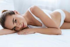 beauvoir 有美好的身体的在白色内部的妇女和面孔 库存照片