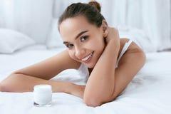 beauvoir 有脸蛋漂亮、软的皮肤和化妆奶油的妇女 免版税库存图片