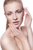 beauvoir 有马尾辫的白肤金发的妇女 新鲜的干净的皮肤,中立ma 免版税库存图片