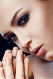 beauvoir 美丽的式样女孩特写镜头有光滑的软的面部皮肤和化妆用品唇膏的在肥满充分的嘴唇 化妆用品概念 库存照片