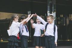 Beaux écoliers actifs et heureux sur le fond de Photo libre de droits