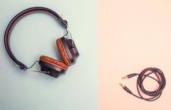 Beaux écouteurs bruns avec la corde pliée sur un double fond photos libres de droits