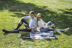Beaux étudiants étudiant dehors en parc Image stock