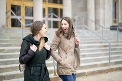 Beaux étudiants adolescents ensemble dehors dans l'école Image libre de droits