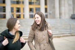 Beaux étudiants adolescents ensemble dehors dans l'école Photos libres de droits