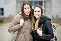 Beaux étudiants adolescents ensemble dehors dans l'école Photographie stock libre de droits