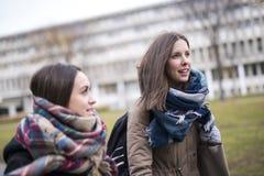 Beaux étudiants adolescents ensemble dehors dans l'école Photos stock