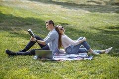 Beaux étudiants Couples de beaux étudiants se reposant après école Photographie stock libre de droits