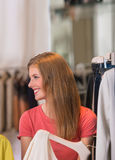 Beaux achats authentiques de femme dans le magasin d'habillement Photographie stock