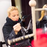 Beaux achats de femme dans le magasin d'habillement Photo stock