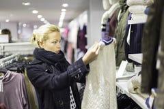 Beaux achats de femme dans le magasin d'habillement Photos libres de droits