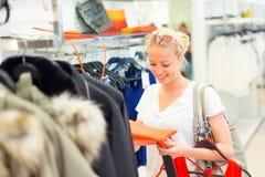 Beaux achats de femme dans le magasin d'habillement Image stock