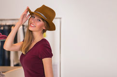 Beaux achats de femme dans le magasin d'habillement Images libres de droits