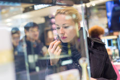 Beaux achats de femme dans le magasin de beauté images stock
