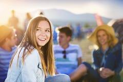 Beaux ados au festival d'été Photographie stock
