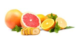 Beaux agrumes et menthe coupés en tranches frais, sur un fond blanc Le concept de la consommation saine Vitamine C Photographie stock libre de droits