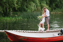 Beaux ajouter à un bouquet sur le pont avec un chat blanc Images libres de droits