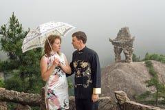 Beaux ajouter au parapluie au temps nuageux sur la montagne chinoise Photos libres de droits