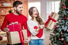 Beaux ajouter aux présents de nouvelle année à la maison images stock