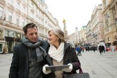 Beaux ajouter supérieurs au comprimé sur une promenade au centre de la ville Image libre de droits