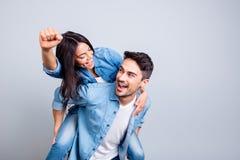 Beaux amants fous célébrant une victoire, regardant entre eux Photo stock