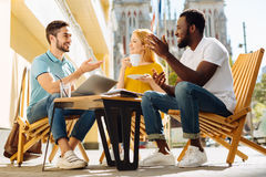 Beaux amis actifs appréciant une discussion fructueuse Photo libre de droits