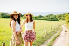 Beaux amis appréciant l'été et la nature Photos libres de droits