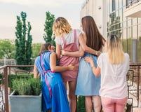 Beaux amis de femmes ayant l'amusement à la partie de célibataire Image stock